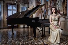 安吉拉钢琴独奏 演绎黑白键上的人生